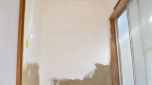 綿壁にペンキ塗り